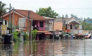 Environ 2 000 maisons ont été détruites au Sri Lanka par les pluies de mousson. Ici, à Nagoda, les habitants se sont réveillés les pieds dans l'eau ce lundi 29 mai 2017.