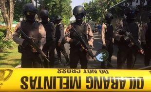 La police indonésienne devant le lieu de l'attaque contre l'église Santa Maria de Surabaya, le 13 mai 2018.