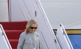 La secrétaire d'Etat américaine, Hillary Clinton, est arrivée samedi pour une difficile mission au Bangladesh, où la violence et une répression en cours contre les partis d'opposition laissent planer la menace d'une nouvelle instabilité politique.