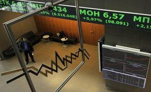 Les places financières accusent le coup au lendemain de l'annonce de nouvelles élections en Grèce, qui a ravivé les craintes sur une sortie du pays de la zone euro, faisant baisser l'euro et créant de vives tensions sur le marché de la dette.
