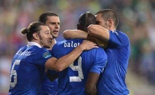 L'Italie s'est qualifiée pour les quarts de finale de l'Euro-2012 en battant l'Eire (2-0) avec un jeu en constant progrès et des buts d'Antonio Cassano (35) et Mario Balotelli (90), entré en cours de match, lundi à Poznan.