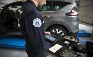 Les techniciens de l'IRCGN se plongent dans les entrailles des véhicules pour les faire parler