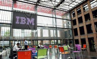 """Plus de 900 salariés se sont portés volontaires au départ chez IBM France, alors que l'entreprise entend supprimer 689 postes, a-t-on appris vendredi de sources syndicales, la direction assurant qu'avec ces résultats il n'y aurait """"pas de licenciements""""."""