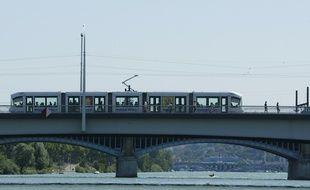 un tramway sur un pont du Rh™ne ˆ Lyon, le 27 juin 2011. CYRIL VILLEMAIN/20 MINUTES