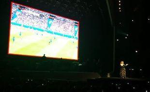 Adele regarde le match des Bleus en plein concert.