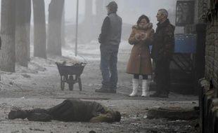Le corps d'un civil tué gît sur le sol le 30 janvier 2015 à Doneetsk