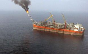 La marée noire provoquée au large du Nigeria la semaine dernière est arrivée près des côtes, a déclaré mardi un groupe de défense de l'environnement, une accusation démentie par Shell, la société anglo-néerlandaise à l'origine de l'accident.