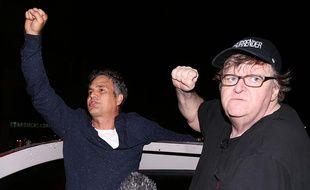 L'acteur Mark Ruffalo et le réalisateur Michael Moore protestent contre Donald Trump sur Broadway