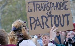 A l'appel d'organisations LGBTQI+ (Federation Trans et Intersexes, STOP Homophobie, Acceptess Transgenres, OUTrans), plusieurs centaines de personnes se sont rassemblées place de la République a Paris le 9 avril pour dire non a la transphobie et apporter leur soutien a Julia, une femme transgenre agressée le 31 mars sur cette même place.