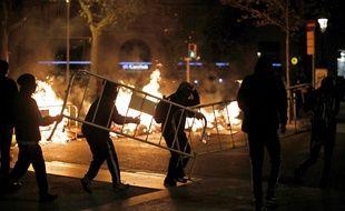 Des manifestants installent des barricades dans les rues de Barcelone, le 17 octobre 2019.
