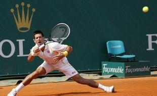 Novak Djokovic a souffert mercredi pour atteindre les huitièmes de finale de Monte-Carlo sous le regard de Rafael Nadal qui a suivi la rencontre depuis le bar de la presse après un succès autrement plus tranquille.