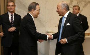 Le secrétaire général de l'ONU, Ban Ki-moon (g), et le ministre français des Affaires étrangères, Laurent Fabius (d), à Abou Dhabi le 18 janvier 2016