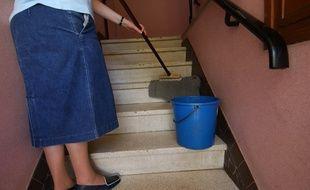 Une femme fait le ménage dans des escaliers (illustration).