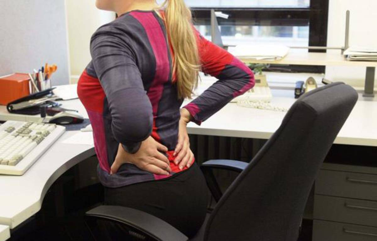 Illustration d'une salariée souffrant de mal de dos. – AIRIO/LEHTIKUVA OY/SIPA