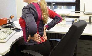 Illustration d'une salariée souffrant de mal de dos.