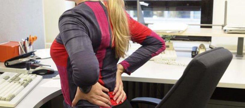 Une salariée souffrant de mal de dos. Illustration