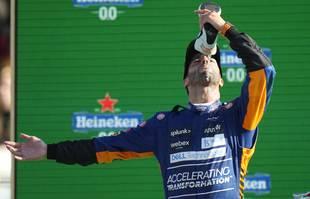 Le pilote australien Daniel Ricciardo (McLaren) boit du champagne dans sa chaussure après avoir remporté le Grand Prix de Formule 1 d'Italie, sur le circuit de Monza, le dimanche 12 septembre 2021.