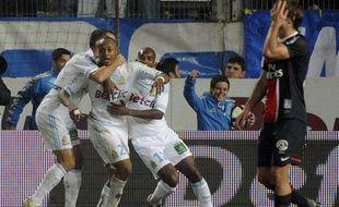 Le parisien Diego Lugano, dépité, pendant que les Marseillais fêtent un but, le 27 novembre 2011, au Stade Vélodrome.
