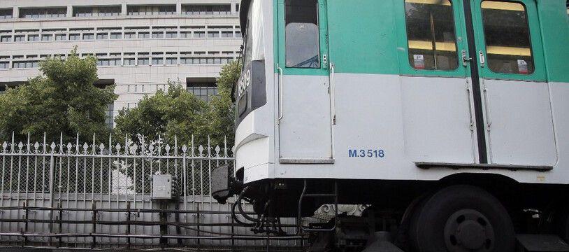 A la sortie de la station de métro Bercy, à Paris. (illustration)