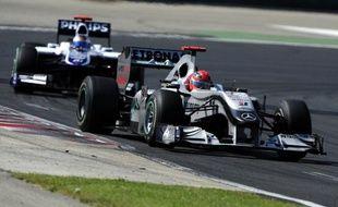 Michael Schumacher au volant de sa Mac Laren Merecedes, précédant Rubens Barrichello au Grand Prix de Hongrie, le 1er août 2010
