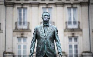 La statue de la place du Bouffay à Nantes, couverte d'un masque (illustration).