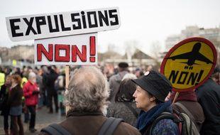 Des manifestants anti-aéroport réunis contre les expulsions d'habitants et paysans.
