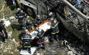 Au moins 26 pélerins polonais ont été tués, 24 blessés dont 14 gravement lorsque leur autocar s'est écrasé, avant de prendre feu, dimanche matin dans un ravin à Vizille (Isère), selon un bilan encore provisoire des secours en début d'après-midi.