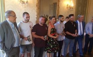 Les quatre hommes qui ont sauvé la jeune femmeet ses deux enfants ont été récompensés par le préfet du Gard.