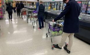 Des habitants de Johnsonville en Nouvelle Zélande font leurs achats après l'annonce du reconfinement à Auckland.