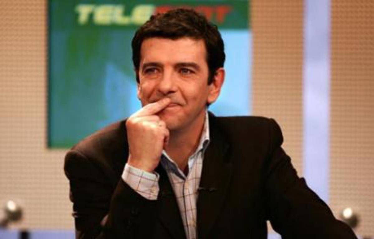 Thierry Gilardi, le 9 janvier 2004, sur le plateau de Téléfoot. – AFP PHOTO JEAN-PIERRE MULLER