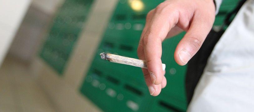 Cigarette roulee de cannabis dans un hall d immeuble de Nantes Nord.