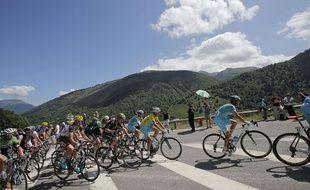 Le peloton du Tour de France dans les Pyrénées le 23 juillet 2014.