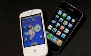 Le téléphone HTC magic, avec la plate-forme d'exploitation de Google (à gauche) et l'iPhone (à droite)