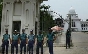 Des policiers bangalais montent la garde devant la cour suprême à Dacca le 11 mai 2016