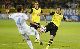 L'attaquant du Borussia Dortmund, Henrikh Mkhitaryan (en jaune) face au Marseillais Lucas Mendes, le 1er octobre 2013 à Dortmund.