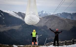 La fameuse livraison de neige par hélicoptère dans la station de ski de Superbagnères le 15 février 2020.