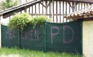 Les tags homophobes sur la palissade d'une maison.