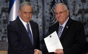Le président israélien Reuven Rivlin (d) charge le Premier ministre Benjamin Netanyahu (g) de former un gouvernement, le 25 mars 2015 à Jérusalem