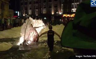 Des supporters irlandais prennent un bain dans une fontaine lilloise.
