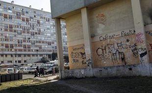 Le quartier pauvre du Chêne-Pointu à Clichy-sous-Bois (Seine-Saint-Denis), connu pour ses copropriétés dégradées où vivent 6.000 personnes, va bénéficier d'un plan de plusieurs dizaines de millions d'euros financé par l'Etat et les collectivités locales, a-t-on appris lundi.