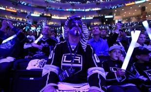 Dans supporters des Los Angeles Kings, lors de la victoire 4-0 contre les New Jersey  Devils, le 4 juin 2012, dans la Stanley Cup, la finale de hockey  nord-américaine.
