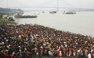Des hindous se réunissent sur les bords du Gange pour les fêtes de Malahaya, Inde, le 10 octobre 2007.
