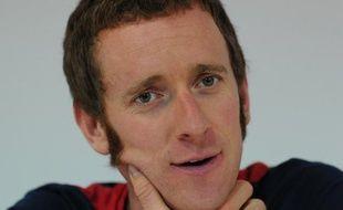 Le vainqueur du Tour de France cycliste2012, le Britannique Bradley Wiggins, a été hospitalisé mercredi après avoir été heurté par une voiture alors qu'il circulait à vélo près du domicile de sa famille dans le Lancashire (nord-ouest de l'Angleterre), a annoncé la police.