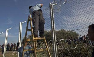 A Roszke, en Hongrie, l'installation d'une clôture en fils barbelés à la frontière avec la Serbie a débuté le 14 septembre 2015. AP Photo/Muhammed Muheisen