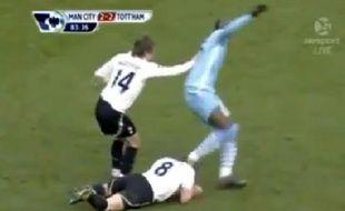 Mario Balotelli essuie ses crampons sur Scott Parker, lors du match entre Manchester City et Tottenham, le dimanche 22 janvier 2012.