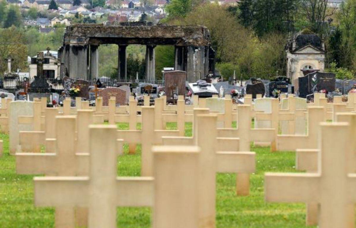 Quarante tombes ont été profanées dans un cimetière militaire des Ardennes où reposent des soldats allemands, jetant une ombre sur le cinquantenaire de la réconciliation franco-allemande célébrée dimanche par Angela Merkel et François Hollande, a annoncé samedi l'Intérieur. – Francois Nascimbeni afp.com
