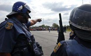 La police sud-africaine a tiré jeudi des balles de caoutchouc et des gaz lacrymogènes pour disperser une manifestation de mineurs travaillant pour le numéro 1 mondial de production de platine, le groupe Anglo American, près de Rustenburg (nord-ouest de Johannesburg), ont annoncé les médias locaux.