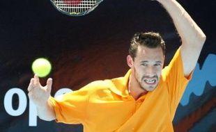 Michaël Llodra, vainqueur du vétéran australien Joseph Sirianni 6-3, 7-6 (10/8) samedi, s'est qualifié pour la finale du tournoi d'Adelaïde où il affrontera le Finlandais Jarkko Nieminen, tête de série N.3, vainqueur de Jo-Wilfried Tsonga (N.6) 6-2, 6-4.