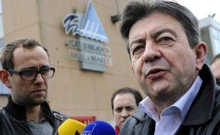 """Le coprésident du Parti de gauche, Jean-Luc Mélenchon, a estimé samedi en marge du 3e congrès du PG qu'entre la """"souveraineté du peuple"""" et """"l'euro"""", il choisirait """"la souveraineté du peuple"""", après l'attitude des 17 gouvernements de la zone euro à l'égard de Chypre."""