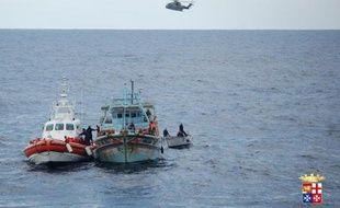 Neuf cents migrants sans visa qui faisaient route vers l'Italie à bord d'embarcations précaires ont été recueillis en Méditerranée ces dernières vingt-quatre heures, a annoncé lundi soir la Marine militaire italienne.